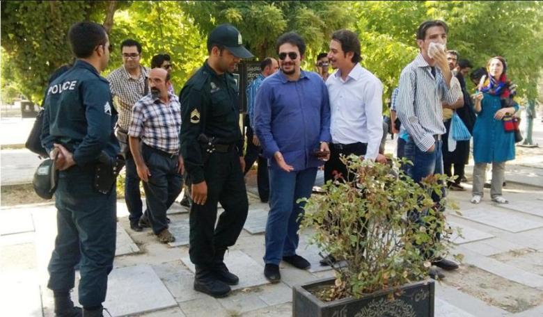 پلیس: برادرا نخندید،برید خونه تون! زودتر! مردم: بابا اومدیم سر مزار شاعر کشورمون.
