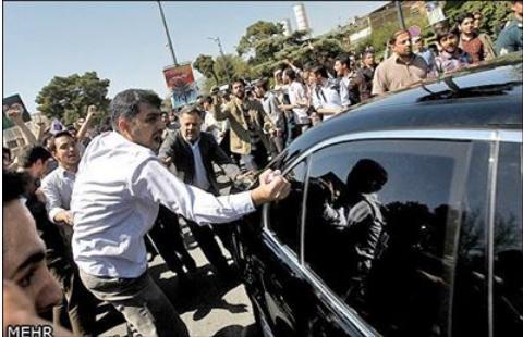 حمله اعضای بسیج دانشجویی به خودروی حسن روحانی