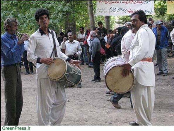 اجرای موسیقی سنتی و رقص چوب در حاشیه همایش نجات کوه شاه توسط روستاییان فخرویه
